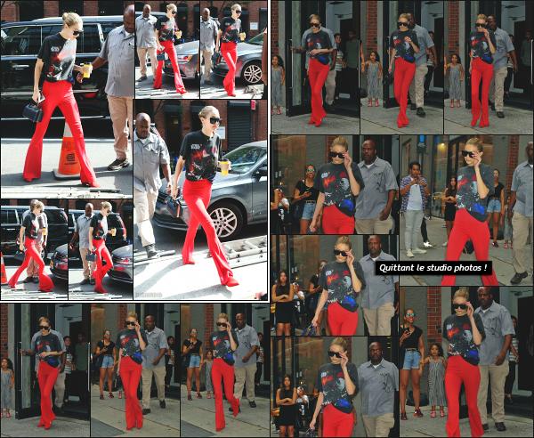 - 28.07.17 ─ Notre très belle Gigi Hadid est photographiée alors qu'elle arrivait devant un studio photo à New York[/s#00000ize]Un peu plus tard, c'est en quittant ce même studio que nous apercevons une nouvelle fois notre jolie mannequin ! Je n'aime toujours pas la tenue ! Flop ! -