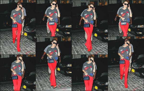 - 28.07.17 ─ Notre Gigi Hadid est photographiée alors qu'elle revenait son appartement dans les rues de New York.[/s#00000ize]C'est après une très certaine longue journée que Gigi est photographiée alors qu'elle arrivait devant son appart! Un peu de repos bien méritée je pense !! -