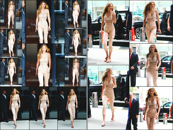 - 28.08.17 ─ Notre Gigi Hadid est photographiée alors qu'elle quittait son appartement dans les rues de New York.[/s#00000ize]Gi' quittait son appartement dans le quartier de Manhattan pour se rendre aux bureaux de Victoria's Secret ! J'aime beaucoup la tenue qu'elle portait. Top -