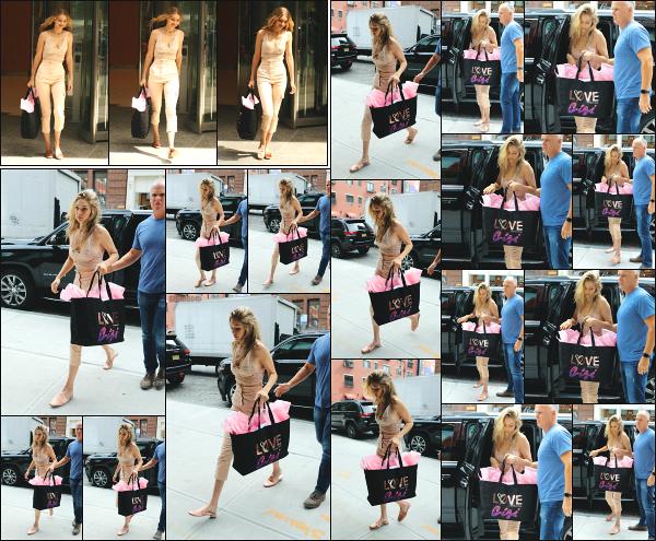 - 28.08.17 ─ Notre Gigi Hadid est photographiée alors qu'elle quittait les bureaux de Victoria's Secret à New York ![/s#00000ize]Après avoir quitter les bureaux de VS, c'est en revenant chez elle une nouvelle fois que nous la retrouvons, dans la même tenue que la précédente ! Top. -