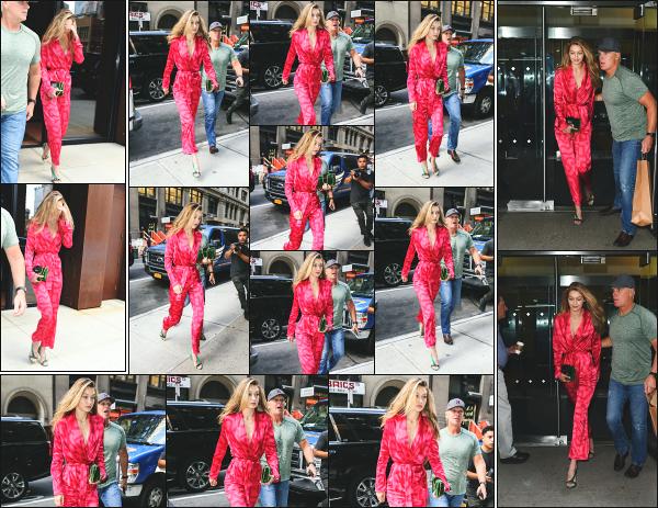 - 07.09.17 ─ Notre Gigi Hadid est photographiée alors qu'elle quittait son appartement dans les rues de New York ![/s#00000ize]Gigi quittait son appartement pour rejoindre les bureaux de la marque Calvin Klein ! Encore une combinaison pour Gigi ce jour là ! C'est un tout petit top ! -