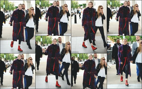 - 18.09.17 ─ La belle Gigi' Hadid est photographiée, se rendant dans les locaux de la « BBC Radio » dans Londres !![/s#00000ize]En fin de journée, elle a été de nouveau photographiée en quittant l'hôtel dans lequel elle réside durant son séjour en Angleterre, dans la même tenue !   -