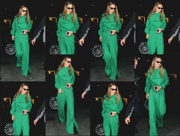 - 28.09.17 ─ Notre ravissante Gi Hadid est photographiée ce soir là, alors qu'elle se baladait dans les rues de Paris.[/s#00000ize]Cette fois ci, c'est tout de vert vêtu que nous la retrouvons en pleine nuit dans Paris ! Une tenue décontractée, un peu trop peut être même ! Petit flop ! -
