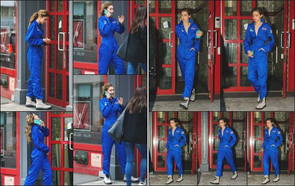 - 25.10.17 ─ Gigi N. Hadid est photographiée, arrivant et quittant l'appartement d'un ami dans la ville de New York.[/s#00000ize]Gi porte une combinaison bien étrange pour le coup, celle de la nasa ! Elle est plutôt souriante et ca fait plaisir à voir. Je lui donne donc un très beau top  -