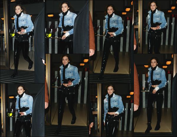 - 08.11.17 ─ La belle Gigi' Hadid est photographiée alors qu'elle quittait son hôtel situé -dans les rues de Londres ! [/s#00000ize]C'est une nouvelle journée qui démarre pour notre jolie mannequin! Je n'accroche pas du tout avec la tenue qu'elle porte malheureusement. Un petit flop -
