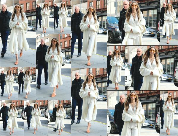 - 15.11.17 ─ Notre ravissante Gigi' Hadid est photographiée alors qu'elle se promenait dans les rues de New York ! [/s#00000ize]Ce jour là, Gigi se rendait tranquillement sur le lieu du meet & great organisé par la marque Stuart Weitzman pour sa collaboration avec ! Un beau top ! -