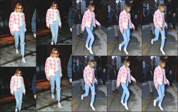 - 17.12.17 ─ Notre Gigi' Hadid est photographiée alors qu'elle quittait son appartement dans les rues de New York ! [/s#00000ize]Cette fois ci, c'est en début de soirée que nous la retrouvons dans une tenue plutôt simple, mais que j'apprécie moyennement...  C'est donc un petit bof !  -