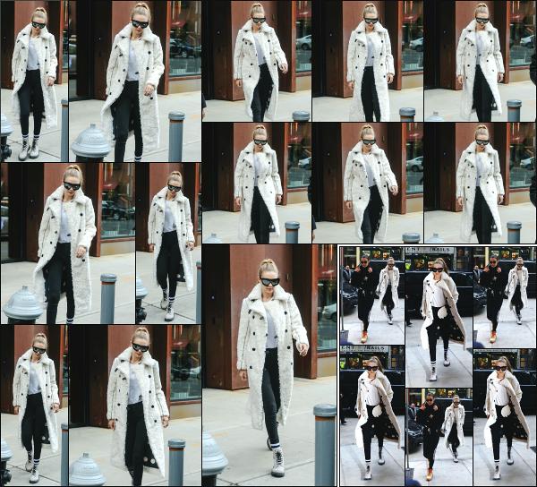 - 20.12.17 ─ Notre Gigi Hadid est photographiée alors qu'elle quittait son appartement dans les rues de New York ! [/s#00000ize]Gigi quittait son appartement pour rejoindre sa soeur, Bella Hadid ! Plus les tard, nous les retrouvons revenir ensemble chez Gigi ! Une très jolie tenue ! -