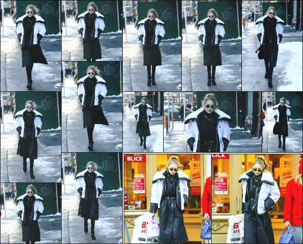 - 05.01.18 ─ Notre Gigi Hadid est photographiée alors qu'elle quittait son appartement dans les rues de New York ! [/s#00000ize]Première sortie de l'année 2018 pour notre jolie mannequin !! Je n'aime pas spécialement la tenue qu'elle porte, mais c'est une jolie sortie ! Un petit flop ! -