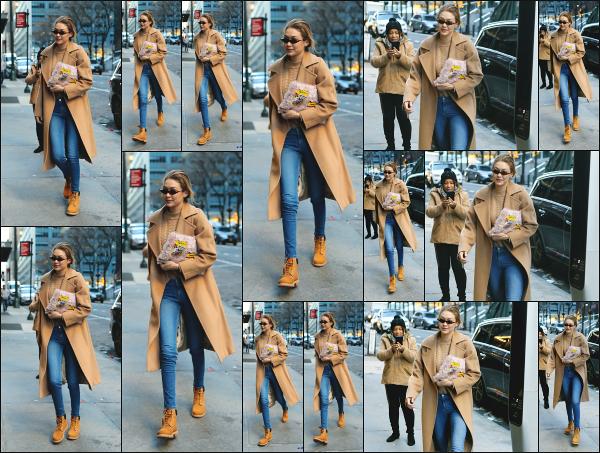 - 13.01.18 ─ Notre belle Gigi Hadid est photographiée alors qu'elle se promenait seule dans les rues de New York ! [/s#00000ize]Gigi est aperçue après avoir fait quelques achats dans les rues de New York comme à son habitude ! Un énorme coup de coeur pour sa tenue, beau top! -