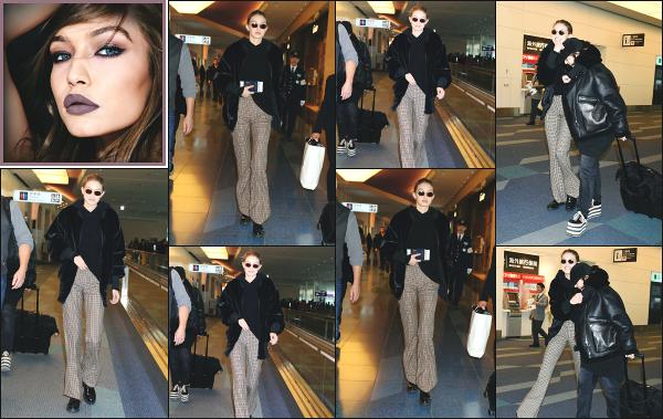 - 27.01.18 ─ Notre ravissante Gigi Hadid est photographiée alors qu'elle arrivait à l'aéroport de Tokyo, au - Japon ![/s#00000ize] Gigi s'est rendue à l'aéroport de Tokyo pour pouvoir prendre un vol en direction de New York, afin de rentrer chez elle ! Je n'aime pas du tout sa tenue ! -