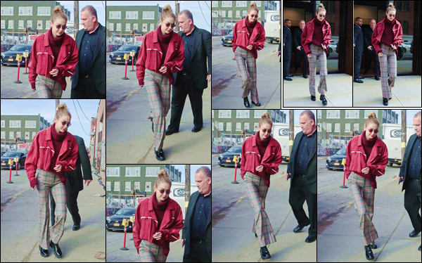 - ''•-15/03/18-' : Gigi Hadid a à nouveau été photographiée en quittant son appartement, situé dans Manhattan. Ensuite la blonde a été aperçue, alors qu'elle se trouvait dans la ville de New York, s'apprêtant à entrer dans un immeuble. Un petit top ! -