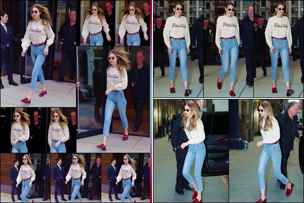 - ''•-20/03/18-' : Gigi Hadid a été photographiée, en quittant son appartement, situé dans la ville de New York. Optant un une tenue simpliste, Gigi s'est baladée des les rues de la Grosse Pomme pour ensuite rentrer chez elle. Je lui accorde un top ! -
