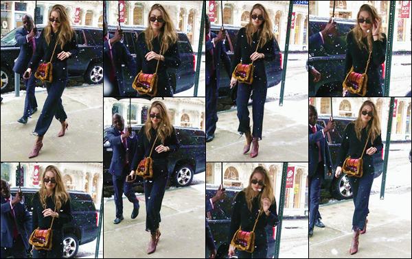 - ''•-21/03/18-' : Gigi Hadid a à nouveau été photographiée lorsqu'elle rentrait à son appartement, à Manhattan. Sous la neige de la fin de mars, la mannequin a été prise en photo alors qu'elle quittait une voiture pour rentrer à son logis. Un petit bof ! -