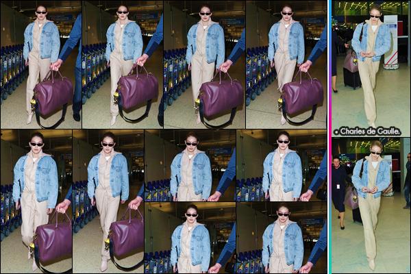- ''•-26/03/18-' : Gigi Hadid se rendait à l'aéroport international de « JFK » se trouvant dans la ville de New York. Gigi prend donc un vol en direction de la capitale française, puisqu'elle a été photographiée, lorsqu'elle quittait Charles de Gaulle. Un bof ! -