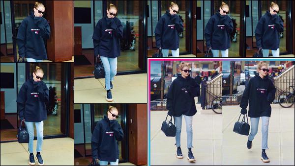 - ''•-10/04/18-' : Gigi Hadid a été photographiée lorsqu'elle quittait son appartement, qui se situe à Manhattan. Par la suite, la belle blonde a été photographiée lorsqu'elle rentrait à son logis. Et pour la tenue adoptée ce jour-là, je lui accorde un bof. -