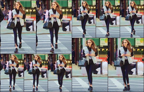 - ''•-21/04/18-' : Gigi Hadid a été photographiée pendant qu'elle se trouvait dans les rues de la ville de New York. C'est en plein centre ville que nous retrouvons la belle mannequin, en déambulant dans la superbe ville qu'est New York. J'accorde un top. -