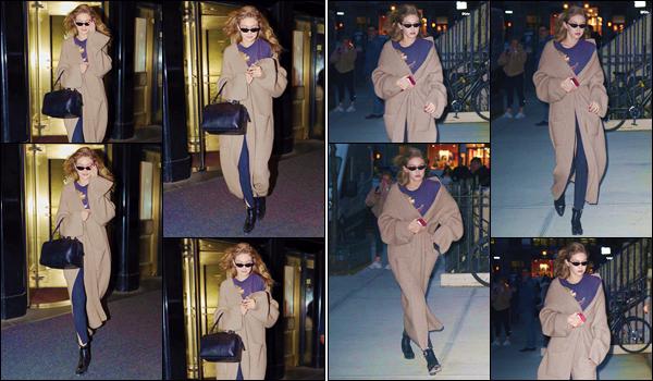 - ''•-17/04/18-' : Gigi Hadid a été aperçue en quittant l'hôtel « Carlyle », qui se trouve  dans la ville de New York. La jeune mannequin américaine s'est ensuite rendue à son appartement dans Manhattan. Au niveau de la tenue, je n'aime pas. Un flop ! -