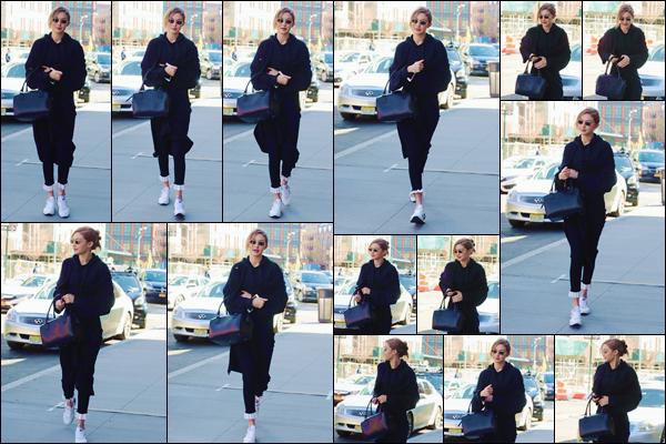 - ''•-22/04/18-' : Gigi Hadid se rendait au restaurant « SoHo House » avec sa s½ur Bella Hadid, situé à New York. D'abord aperçue seule dans les rues de New York, la belle blondinette n'a pas tardé à rejoindre sa cadette pour prendre un repas en ville. -