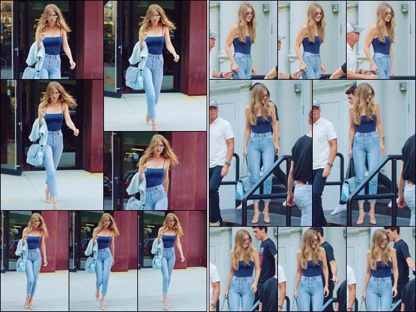 - ''•-10/07/18-' : Gigi Hadid se rendait dans les locaux du « V Magazine » qui se trouvent dans la ville de New York. Après avoir quitté son appartement en plein c½ur de Manhattan, Gigi H. s'est rendue au lancement de sa couverture... C'est un gros top ! -