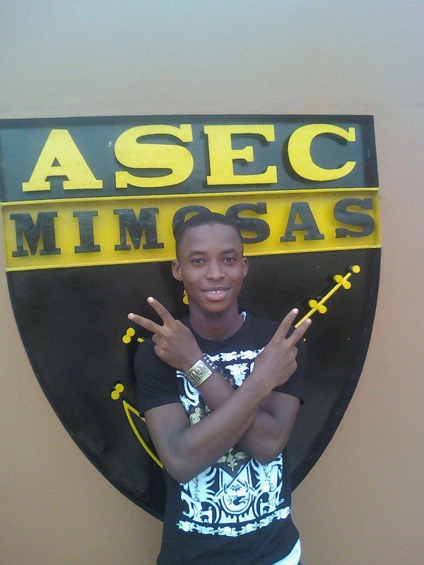 Mozard Letagnroter avec le logo de son CLUB ASEC MIMOSAs