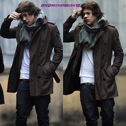 Jeudi 8 Décmebre Harry a été aperçu prenant des photos avec des fans dans les rues de Londres. Zayn a changé sa photo de profil twitter, Sexy non ?
