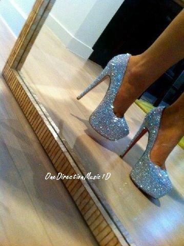 Lou' a acheter une paire de chaussures à 6.000 livres à Eleanor. Elle lui aurait dit que seul sa présence lui suffisait comme cadeau ! + Nouvelle photo de profil Twitter de Zayn+ Nouveau message en Francais via Facebook