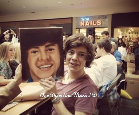 Via Twitter + Zayn avec un petit garçon + Harry et Harry + Une interview de la maman de Zayn + Interview de Louis + Aujourd'hui, c'est l'anniversaire des soeurs jumelles de Louis : Daisy et Phoebe ! Et leur maman Jay leur a fait des cakes +Via twitter d'un Fan