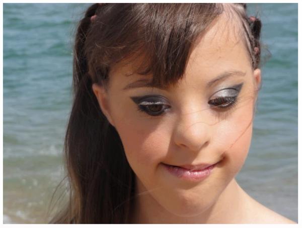 Je vous présente une jeune fille qui est atteinte de l'handicap ' Trisomie 21 ' Elle s'appelle Carla elle a 17 ans et pence que malgré sa maladie elle ne pence pas être aussi belle que toute ces fille qu'elle vois de nos photo que nous publions... Prouvons lui le contraire !♥ . Elle mérite combien de kiff ??
