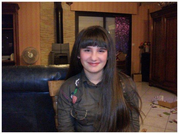 moi il y a plus de 2 ans , avec ma frange et cheveux long :$