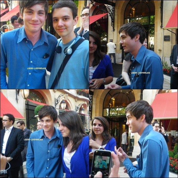 . Des nouvelles photos de Logan viennent de voir le jour sur la toile.On le voit posant avec des fans le 30 Juin à Paris.  .
