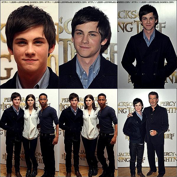 """Flashback:promo'  Janvier 2010: Logan au côté de ses co-stars pour une photocall à Londres de """"Percy Jackson""""."""
