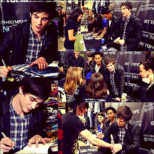 """Flashback:promo'  Avril 20I0: Logan et le cast de """"Percy Jackson"""" signant des autographes au fans dans le New-Jersey."""