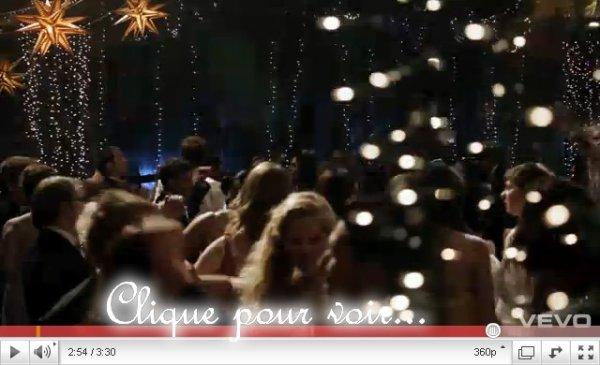 Apparament, ce sera Les AllStar Week-end qui interprète la chanson du film Prom  Je vous laisse découvrir le clip avec de nouvelles images de prom  Mon avis sur la chanson: Je n'ai pas trop...J'adore les AllStar Week-end, mais cette chanson pas top...C'est pas non un TOP mais pas non plus un FLOP, C'est un BOP! Ton avis ?