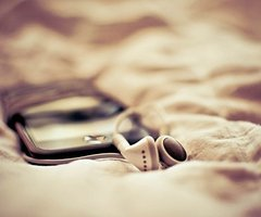 Ne rejette jamais ceux qui t'aiment et qui s'inquiètent pour toi, parce qu'un jour tu te rendras compte que tu as perdu la lune pendant que tu comptais les étoiles!  (2010)