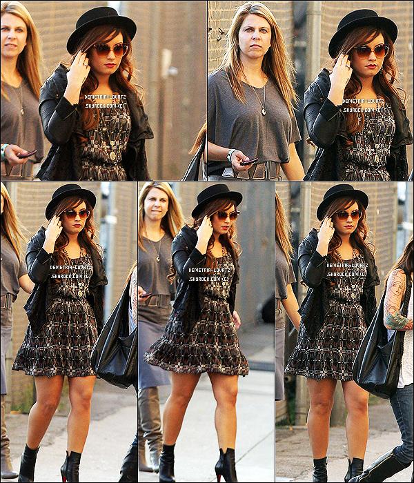 30/10/11 : D. Lovato a été aperçue se rendant à la salle de théâtre « El Capitan » à Los Angeles. Top ou bien Flop ?  Demetria est comme à son habitude magnifique sur toute ces photos ! J'adore sa robe surtout sur les deux premiers montages.