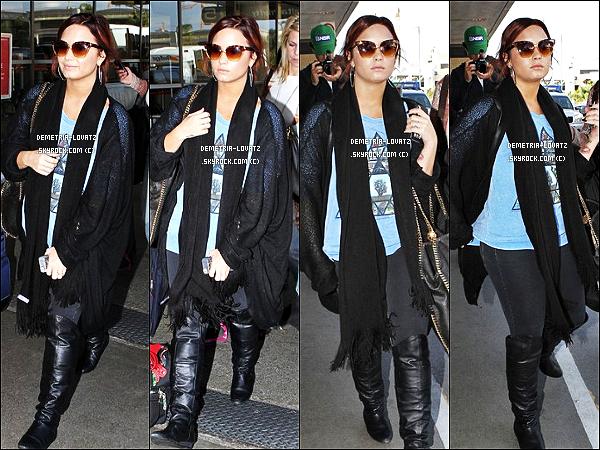 15/11/11 : Demi Lovato a été aperçue à l'aéroport de L.A.X (Los Angeles), pour aller prendre un vol pour Detroit.
