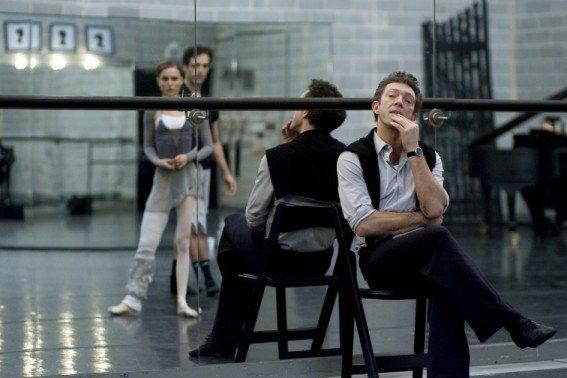 Le directeur artistique du ballet, Thomas Leroy (Vincent Cassel) jauge Nina