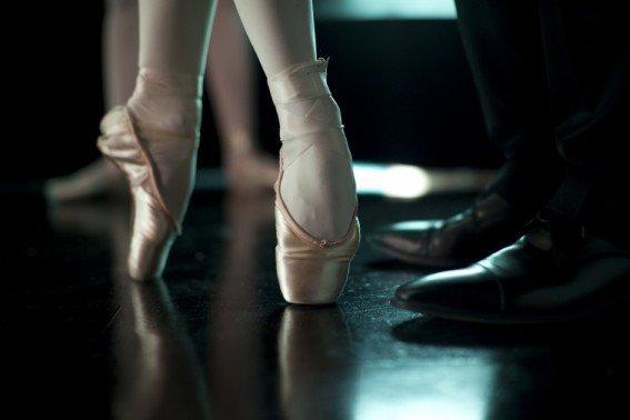 Nina danse devant Tomas Leroy