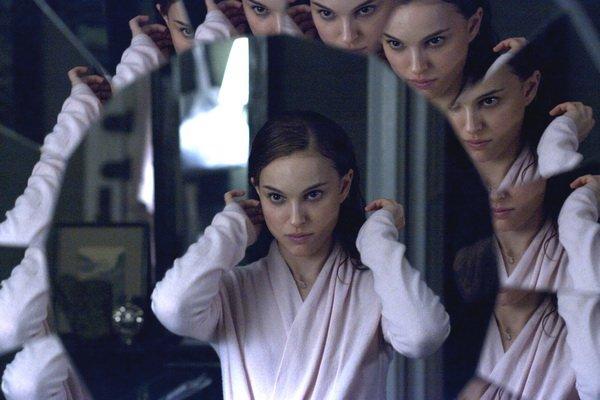 Nina chez elle devant le miroir du hall....