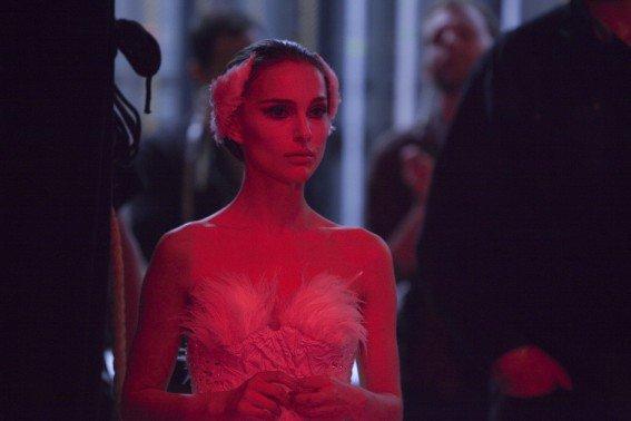 Nina en cygne blanc dans les coulisses pendant la représentation du Lac des Cygnes