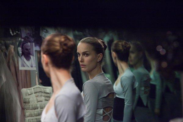 Les miroirs jouent également un rôle majeur dans la construction visuelle du film :