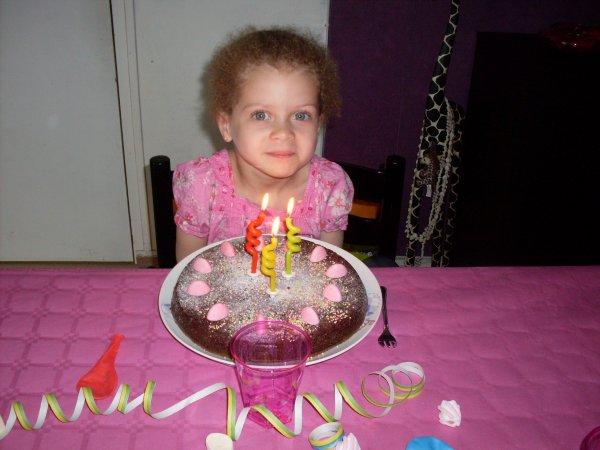 Shanna devant un de ses gâteaux