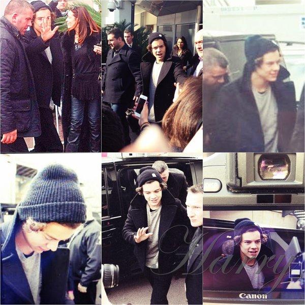 26.01 - ( Aujourd'hui ) Les One Direction ont été vue en arrivant à leurs hôtel à Cannes pour les NRJ Music Awards. ( Ont voit juste Harry sur les photos mais je metterais d'autres photos ds autres t'elles serons toutes sur internet. )