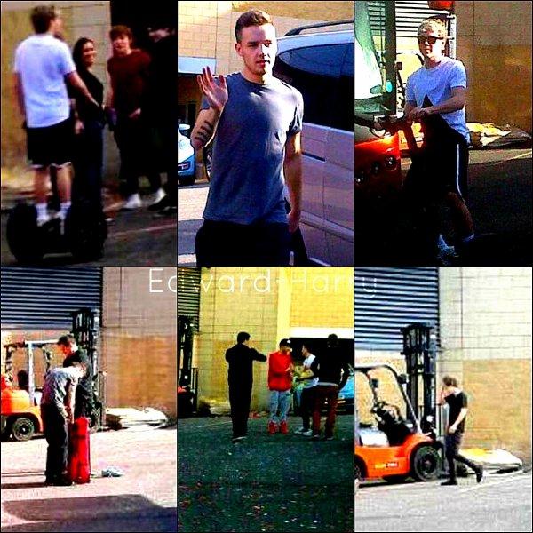 16.04 - Les One Direction ont été devant leurs bus à Nottingham + Faisant un concert.
