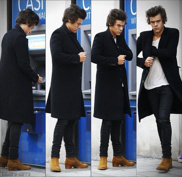 01.09 - Harry à été vue à Londres entrain de retiré de l'argent, juste avant d'être aperçu par une fan sur l'autoroute.