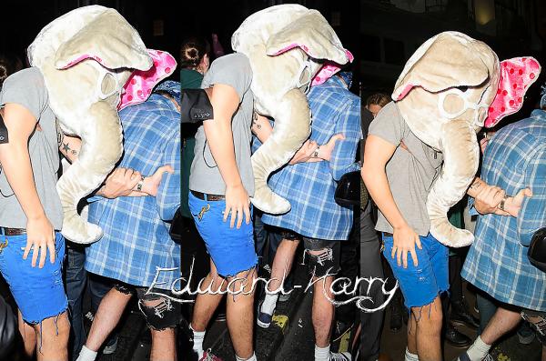 30.11 - Harry à été vue sortant d'une soirée déguisée au club Groucho avec Nick Grimshaw à Londres.