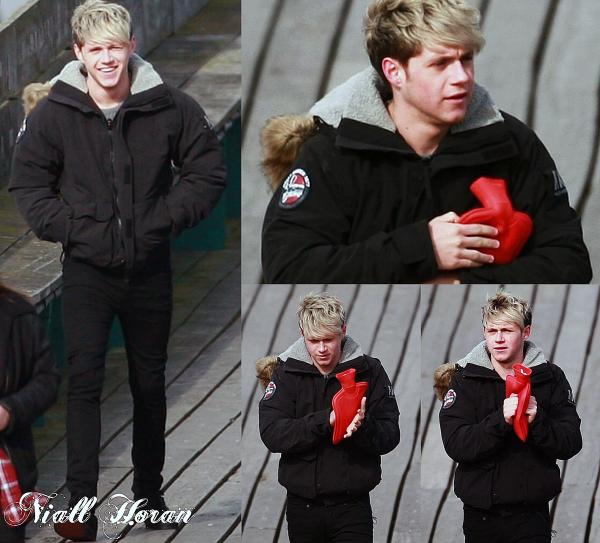 24.03 - Les One Direction ont été vue sur un tournage d'une vidéo pour le WWAT à Clevedon.