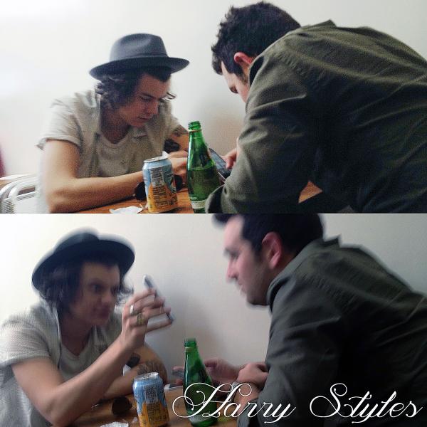 16.04 - Harry après être vue à l'aéroport de L.A il à été aperçut dans un restaurant avec un ami toujours à L.A.
