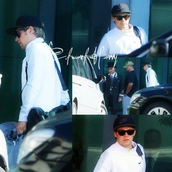 15.04 - Niall à été vue en arrivant à l'aéroport de Heathrow à Londres.